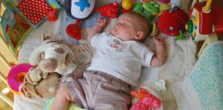 czy niemowlakom są potrzebne zabawki?